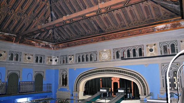 El Cine Lloréns, del arquitecto José Espiau y Muñoz, fue construido en 1913 y hoy acoge un salón recreativo