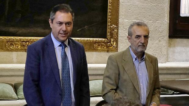 El alcalde de Sevilla, Juan Espadas, junto al delegado de Bienestar Social y Empleo, Juan Manuel Flores