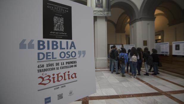 El Patio de la Cristalera de la Facultad de Filología acoge la exposición