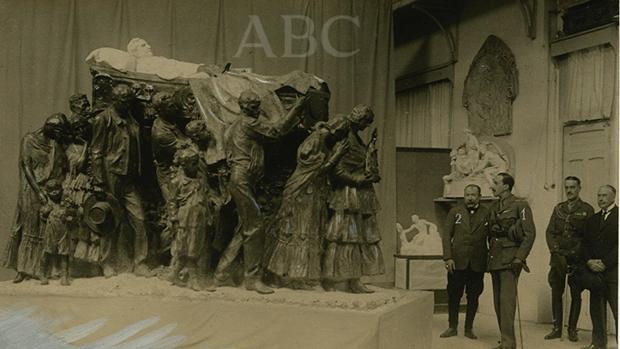 El Rey Alfonso XIII contempla el mausoleo de Joselito el Gallo aún en el estudio de Benlliure