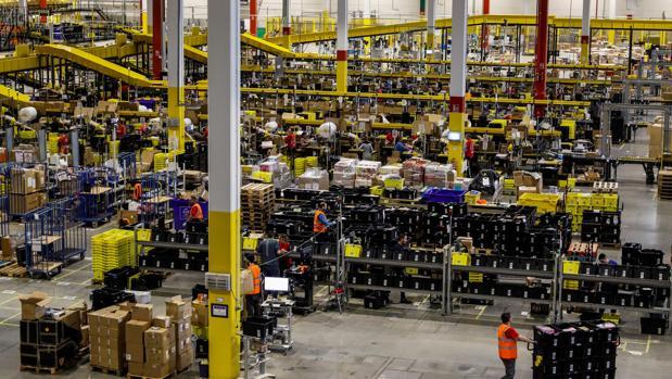 Interior de uno de los almacenes de Amazon en España