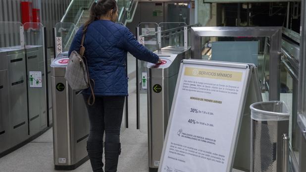 Una usuaria accede al servicio durante una jornada de huelga