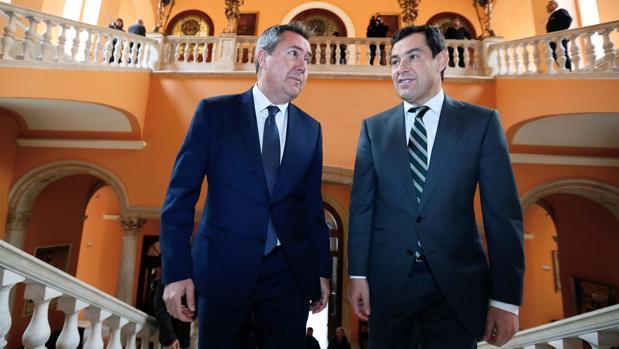 El alcalde de Sevilla, Juan Espadas, con el presidente de la Junta, Juanma Moreno, en el Ayuntamiento