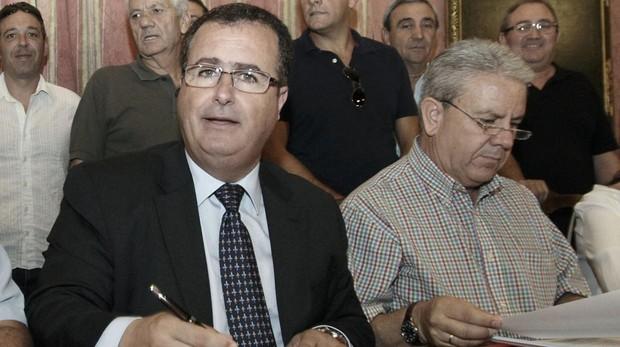 El delegado, Juan Carlos Cabrera, con el presidente de los taxistas del aeropuerto