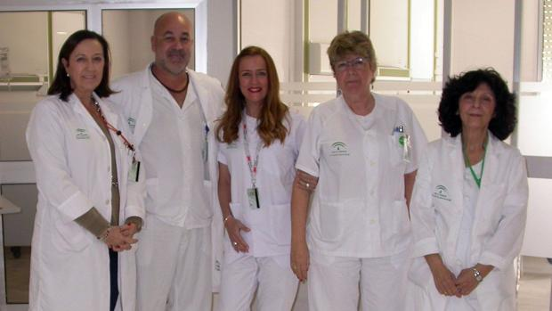 De izquierda a derecha, la doctora Mercedes Echervarría, jefa del servicio de Anestesia de Valme; el supervisor de la unidad de Reanimación Post-quirúrgica, Pedro López; las enfermeras Mª José Parejo y Manuela Lobón; y, la auxiliar de Enfermería Carmen Carrasco