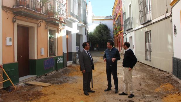 El delegado Juan Carlos Cabrera con los técnicos en la obra