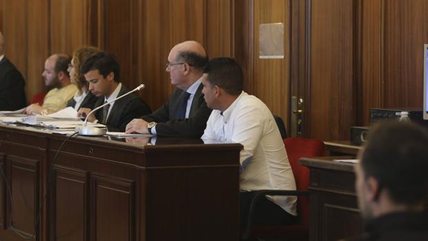 En primera línea, con camisa blanca, el joven acusado de disparar; al fondo, de amarillo, uno de los ladrones