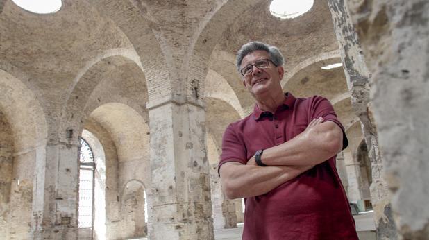 Julián Sobrino en la antigua Fábrica de Artillería, donde presenta «Rostros, rastros, restos»