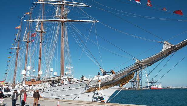 """El buque escuela """"Juan Sebastián Elcano"""" atracado en Cádiz"""