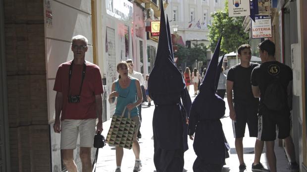 Turistas en época de Semana Santa en Sevilla