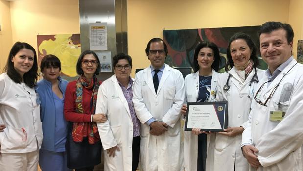 En la imagen, el equipo de la Unidad de Rehabilitación acompañado por el doctor Rafael Hidalgo (en el centro), director del Servicio de Cardiología del que depende esta Unidad