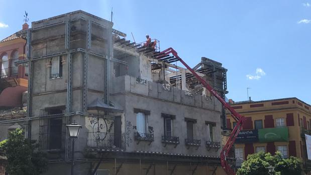 Trabajo de derribo en un edificio regionalista de San Bernardo