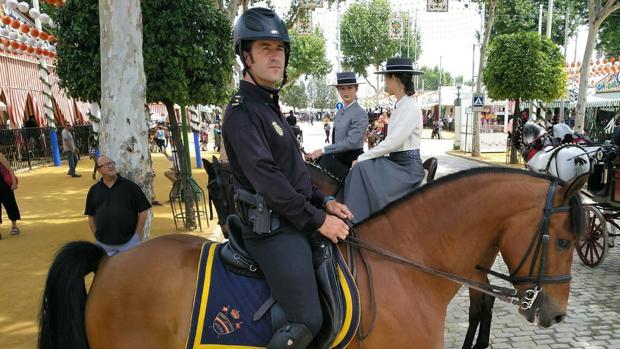 Javier Carpio, uno de los agentes de la Policía Nacional que vigilan el paseo a caballos