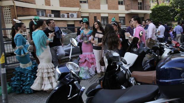 Foto de archivo de jóvenes bebiendo en las calles de Los Remedios en plena Feria de Abril