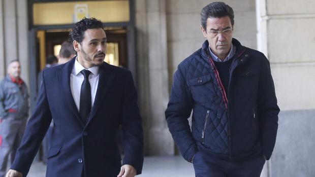 Martagón junto a su letrado, en la entrada de la Audiencia Provincial hace unos meses