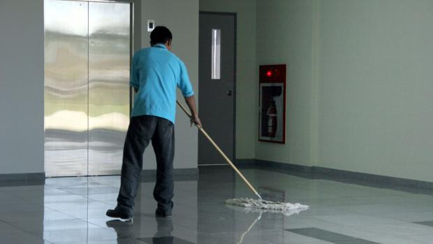 El sector de la limpieza y los administradores de fincas se alían contra la competencia desleal