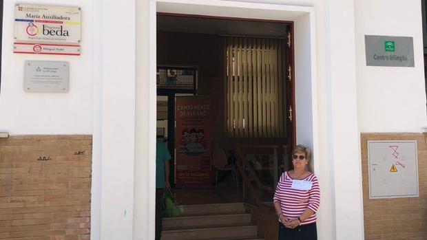 La abuela en la puerta del colegio Las Salesianas ayer