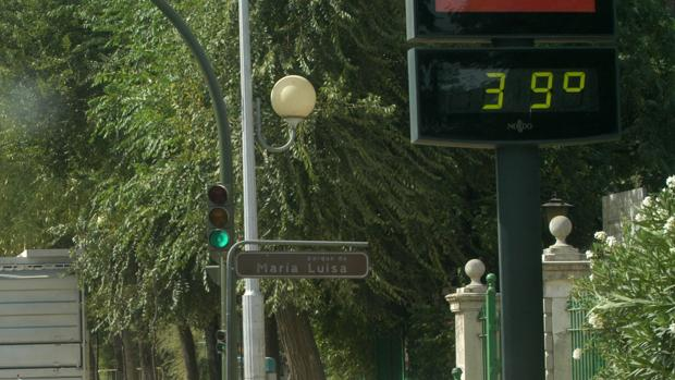 Un termómetro marca 39 grados al lado del parque de María Luisa