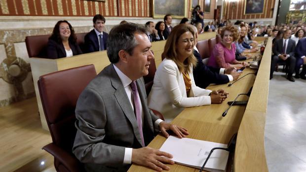 Juan Espadas, con su grupo municipal en el pleno de investidura