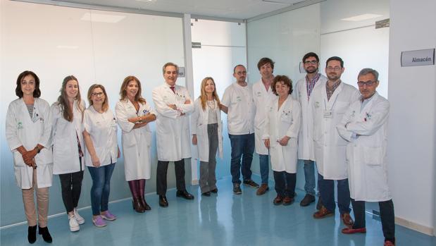 El doctor Conejo-Mir (el quinto por la izquierda) con su equipo
