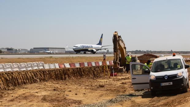 Un avión junto a la zona de obras