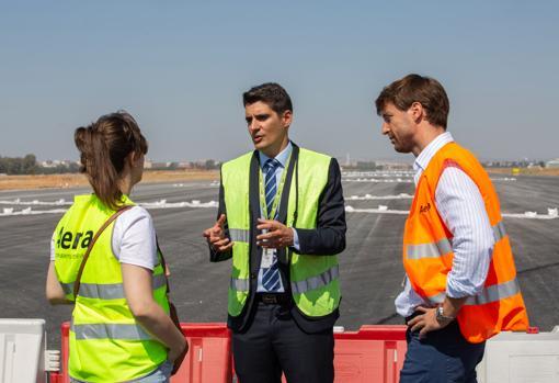 El director del aeropuerto y el coordinador de las obras