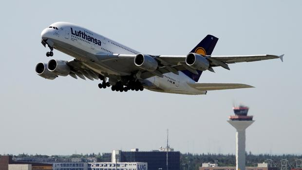 Un avión en pleno despegue