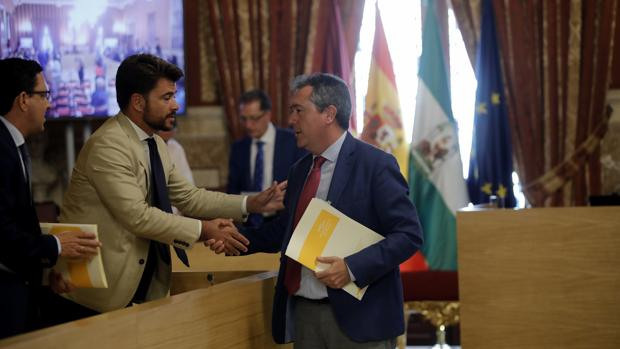 El alcalde Juan Espadas saluda al portavoz del PP, Beltrán Pérez