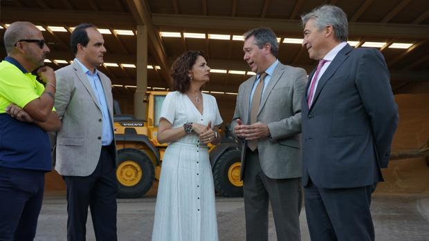 La ministra de Hacienda en funciones, María Jesús Montero (3D), junto al Alcalde de Sevilla Juan Espada (2D), durante la visita la Zona Franca del Puerto de Sevilla