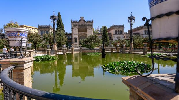 El Museo Arqueológico, tras el estanque de la Plaza de América
