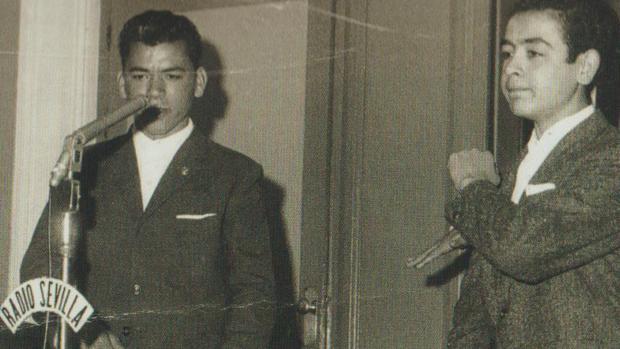 Los hermanos Antonio y Rafael, en época preadolescente, durante su actuación en el programa «Ronda del Domingo», que presentaba Manolo Bará en Radio Sevilla