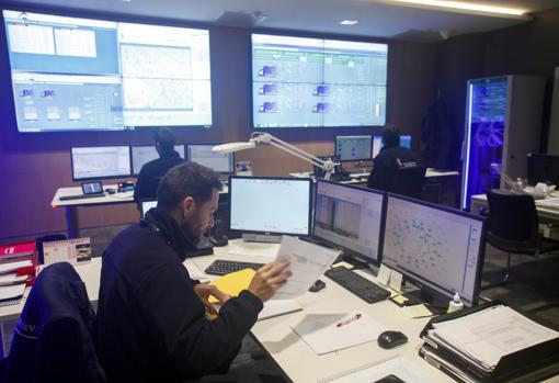 Imagen de la sala con los operarios trabajando Manuel Gómez