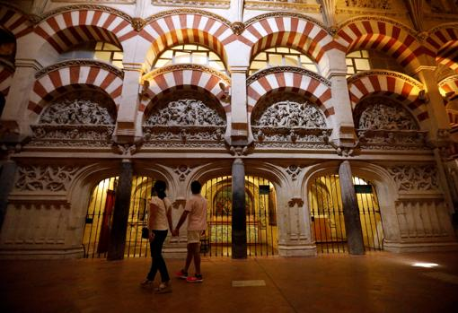 Una pareja de turistas visita la Mezquita Catedral de Córdoba