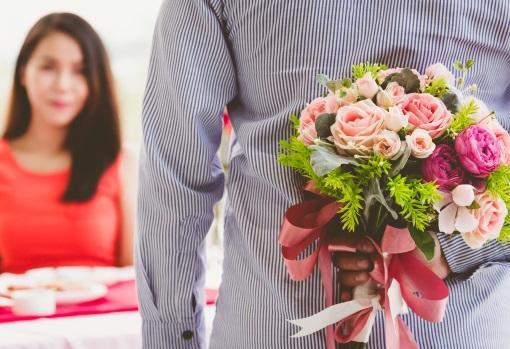 Entrega el ramo de flores en persona para no perderte la sonrisa de tu pareja