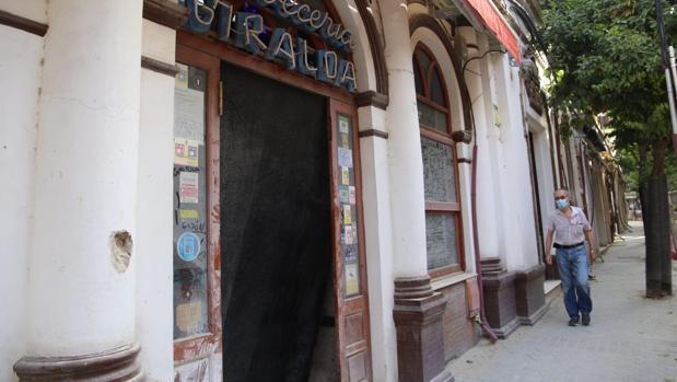 Puerta de la cervecería Giralda, actualmente en obras de reforma