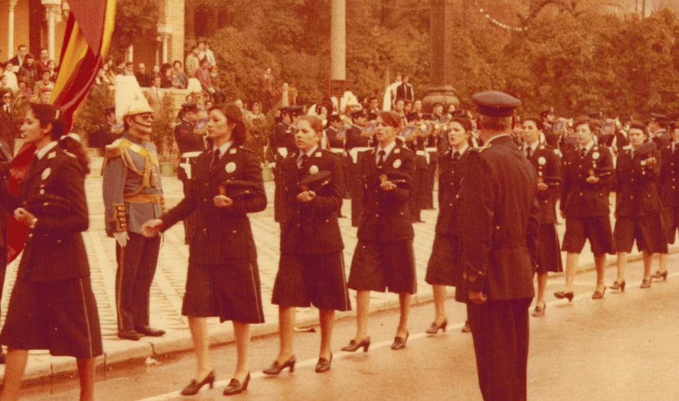 Primer desfile en el que participaron las 19 mujeres policías por el día de la Constitución