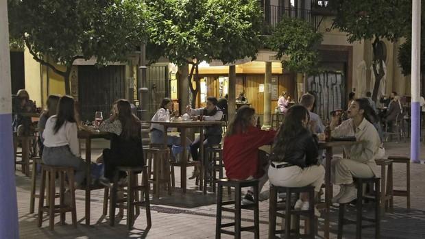 Las mesas de los bares de Sevilla no podrán ser de diez personas al menos hasta el 13 de mayo