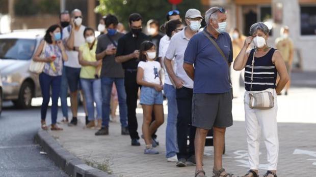 La quinta ola sigue sin doblegarse en Sevilla: un millar de contagios y cuatro fallecidos más
