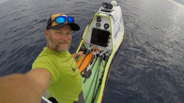 Antonio de la Rosa a bordo del Ocean Defender durante el Pacific SUP Challenge